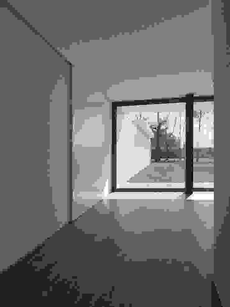 Pasillos, halls y escaleras minimalistas de Atelier Vyasa Minimalista