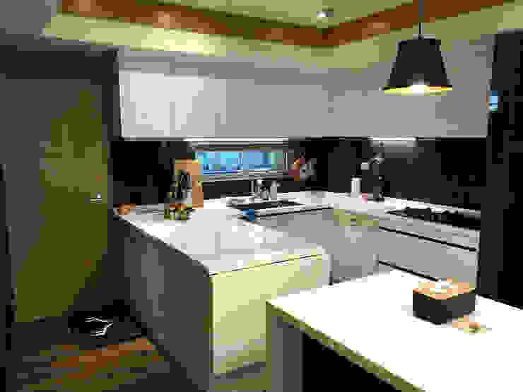廚具及中島設計案 現代廚房設計點子、靈感&圖片 根據 捷士空間設計(省錢裝潢) 現代風