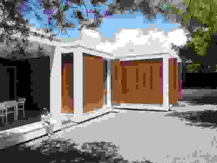 MAISON ELIANA: Maisons de style  par CALMM ARCHITECTURE, Minimaliste Bois Effet bois