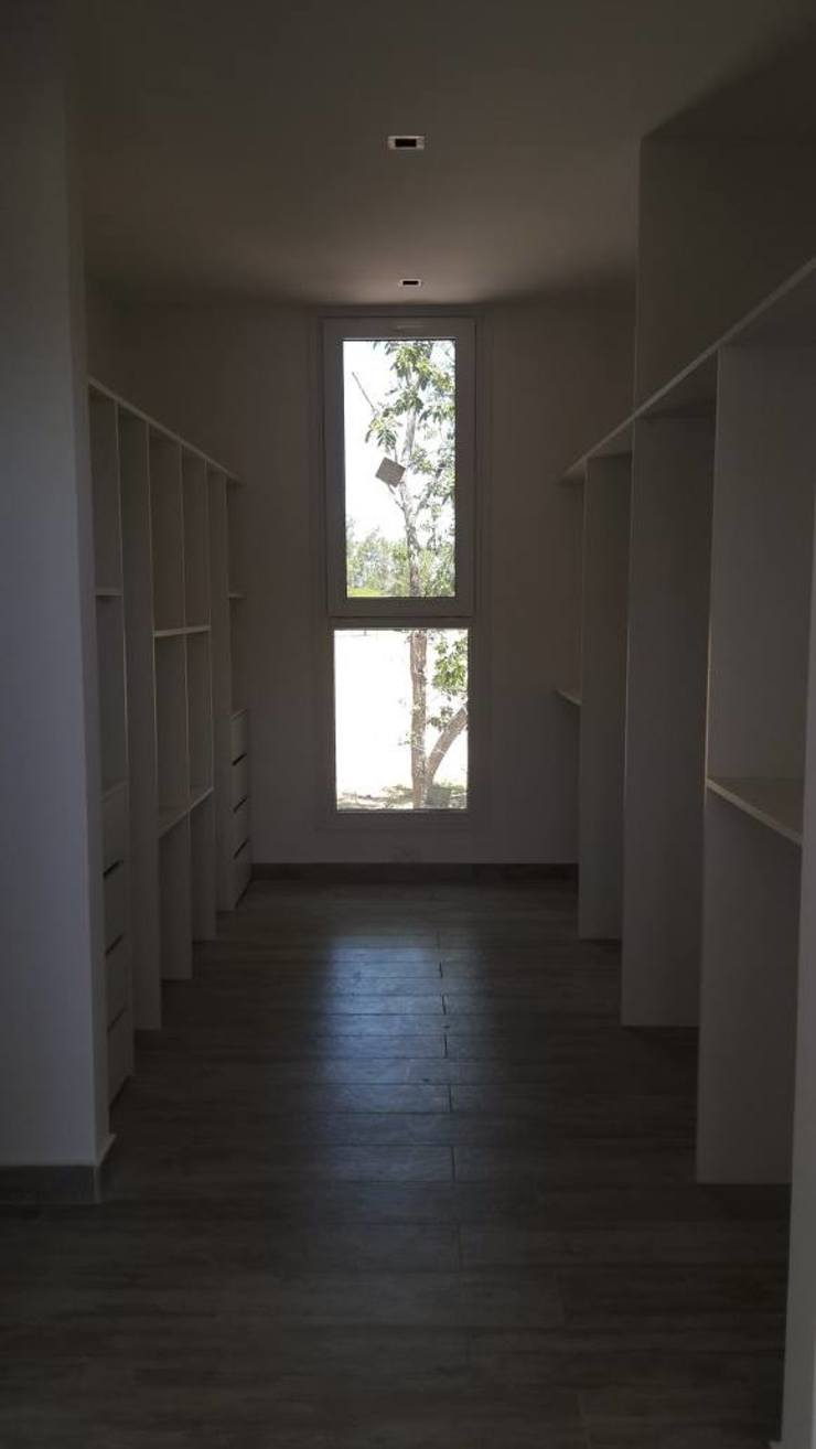 Modern dressing room by Arquitectura Bur Zurita Modern