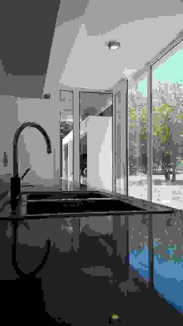 Modern kitchen by Arquitectura Bur Zurita Modern