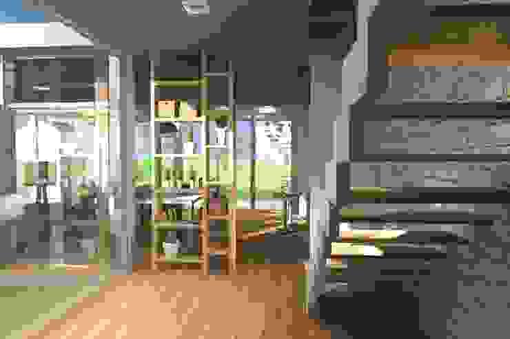 Modern corridor, hallway & stairs by Arquitectura Bur Zurita Modern