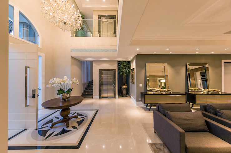 TRÍADE ARQUITETURA Classic style corridor, hallway and stairs Marble Beige
