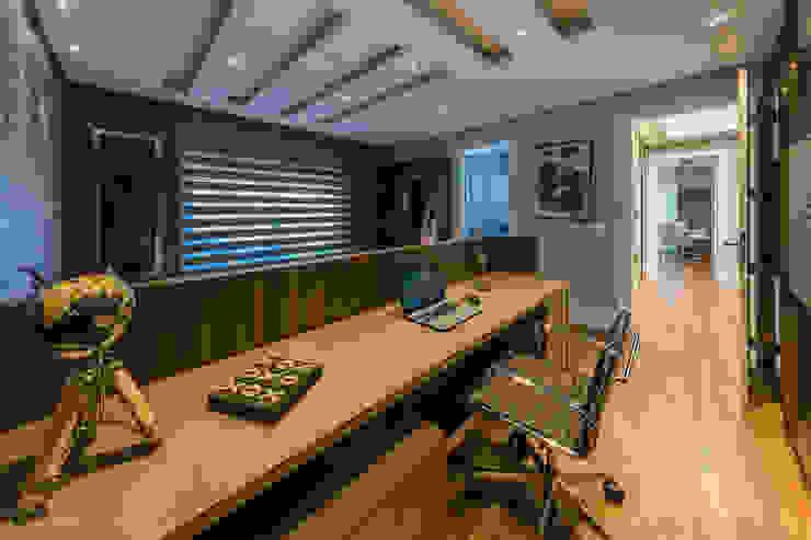 TRÍADE ARQUITETURA Classic style bedroom Wood Wood effect