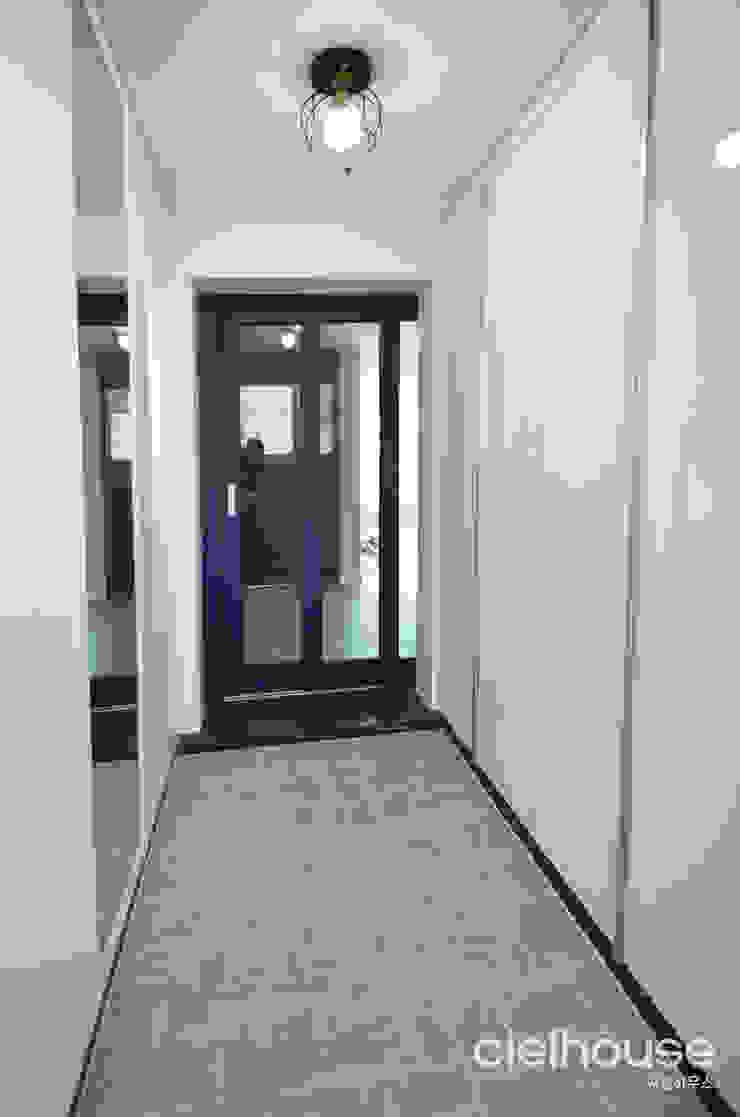 심플한 모노톤으로 바뀐 34평 아파트 인테리어 모던스타일 복도, 현관 & 계단 by 씨엘하우스 모던