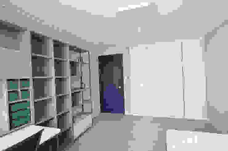 심플한 모노톤으로 바뀐 34평 아파트 인테리어 모던스타일 미디어 룸 by 씨엘하우스 모던