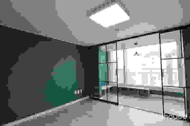 심플한 모노톤으로 바뀐 34평 아파트 인테리어 모던스타일 침실 by 씨엘하우스 모던