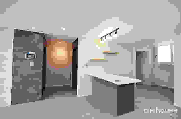심플한 모노톤으로 바뀐 34평 아파트 인테리어 모던스타일 벽지 & 바닥 by 씨엘하우스 모던