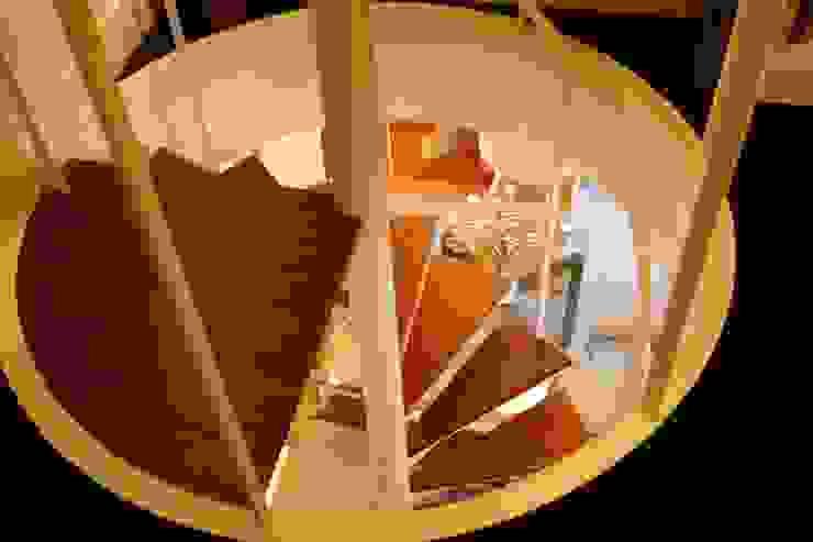 Decoración interior de duplex acogedor, Sube Susaeta Interiorismo - Sube Contract Sube Susaeta Interiorismo Escaleras Beige