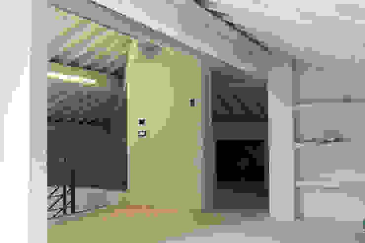 Ristrutturazione appartamento MAURRI + PALAI architetti Tetto a padiglione Legno