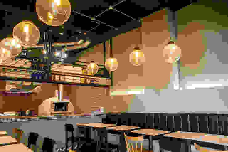 Espaços gastronômicos rústicos por CASA DINAMICA | Arquitectos de Interiores | Bogotá Rústico Azulejo