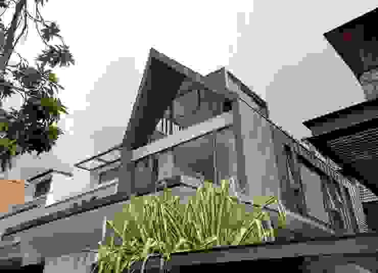 Modern Attap House at 48 Jalan Sukachita Modern houses by Lim Ai Tiong (LATO) Architects Modern