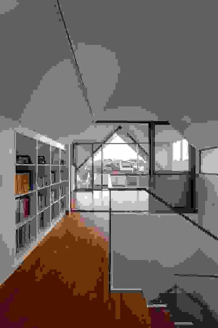 Modern Attap House at 48 Jalan Sukachita Modern corridor, hallway & stairs by Lim Ai Tiong (LATO) Architects Modern