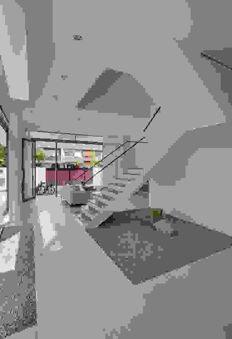 Modern Attap House at 48 Jalan Sukachita Modern living room by Lim Ai Tiong (LATO) Architects Modern