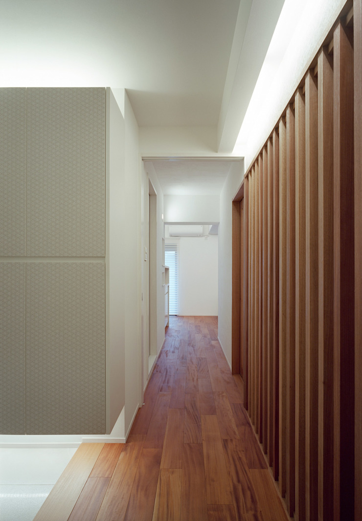 Modern corridor, hallway & stairs by 株式会社西田順紀アトリエ Modern Solid Wood Multicolored