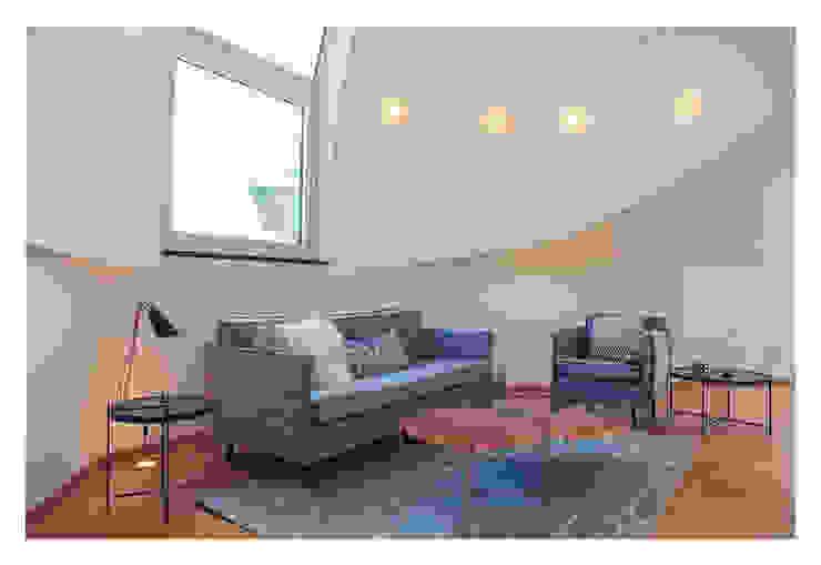 现代客厅設計點子、靈感 & 圖片 根據 VIENNA HOME STAGING 現代風