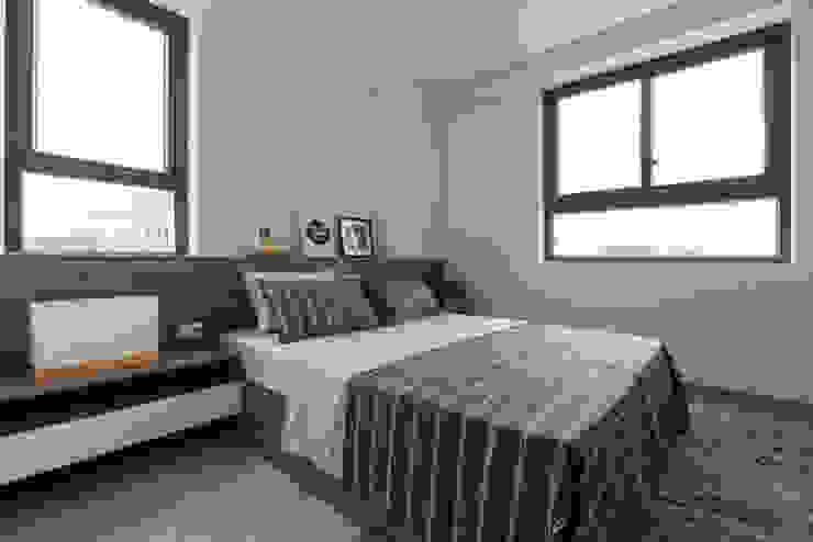 Một bộ giường liền khối với bàn sẽ là lựa chọn tối ưu cho những căn chung cư hiện đại. Phòng ngủ phong cách châu Á bởi Công ty TNHH TK XD Song Phát Châu Á Đồng / Đồng / Đồng thau