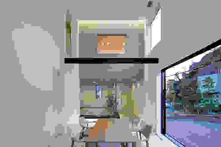 Comedores de estilo moderno de 松岡淳建築設計事務所 Moderno