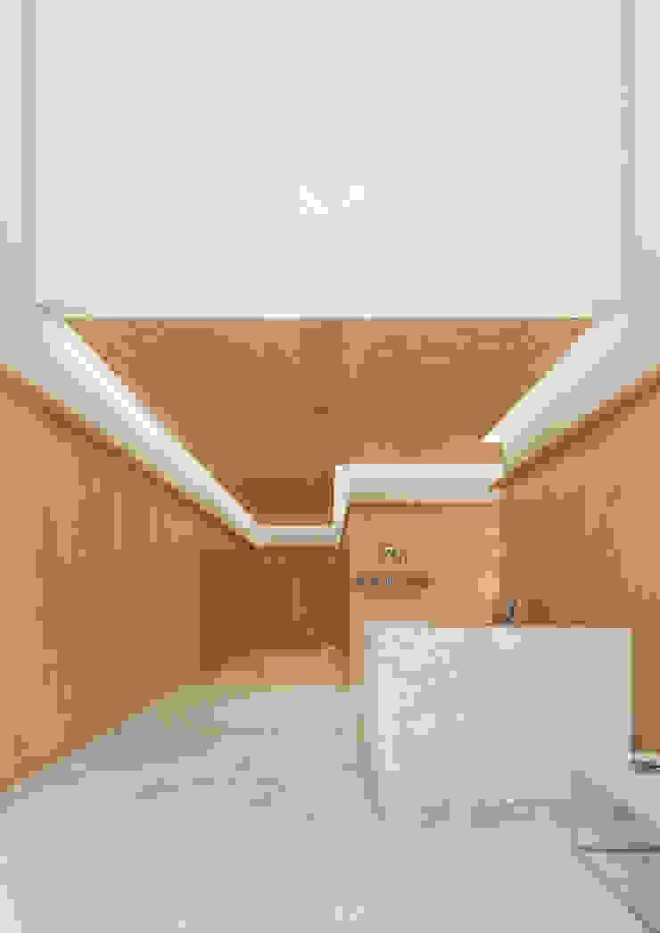Onstudio Lda Modern corridor, hallway & stairs