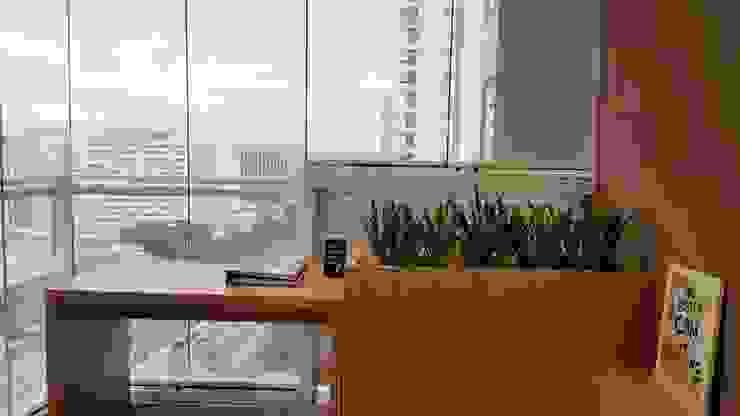 Balcones y terrazas de estilo moderno de ICONO Projetos e Interiores Moderno
