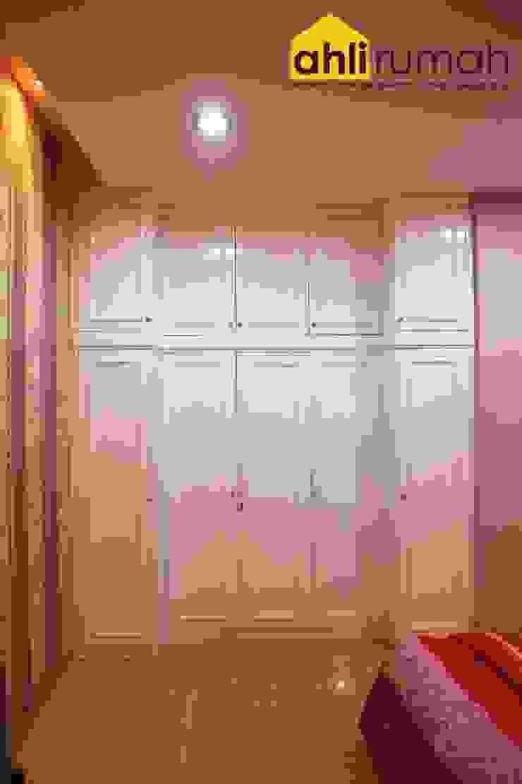 Phòng ngủ phong cách hiện đại bởi ahlirumah.id Hiện đại Gỗ Wood effect