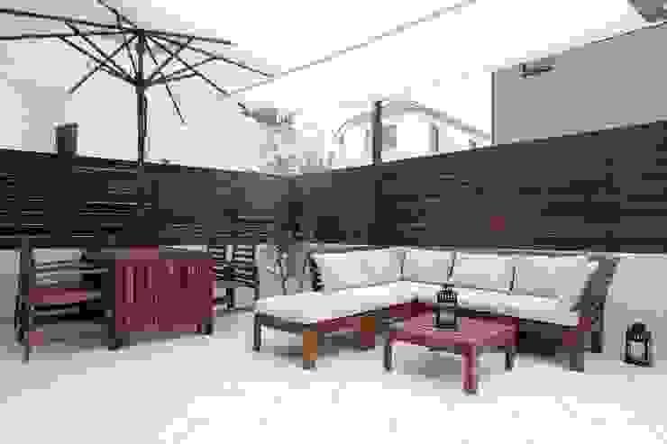 白いタイルテラス・ガーデンキッチンでアウトドアリビング 株式会社 風知蒼 アジア風 庭