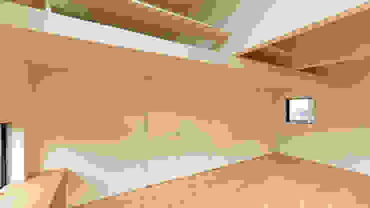 Salon minimaliste par 有限会社MuFF Minimaliste Bois massif Multicolore