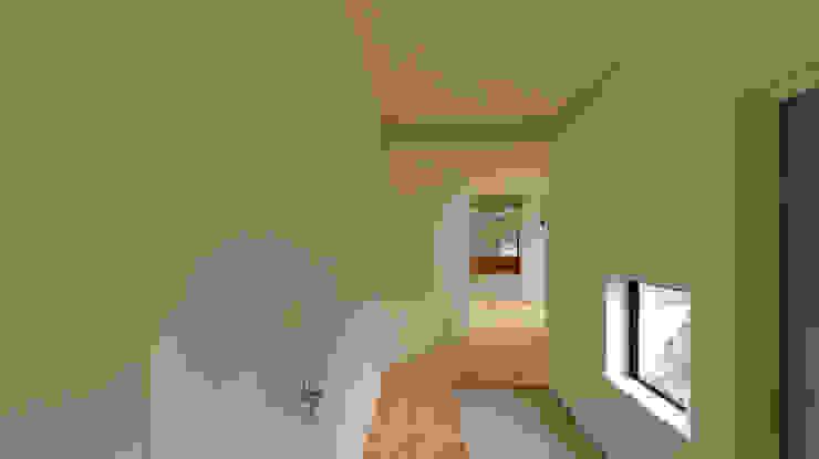 Couloir, entrée, escaliers minimalistes par 有限会社MuFF Minimaliste Bois massif Multicolore