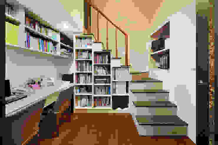 Oficinas y bibliotecas de estilo moderno de 築室室內設計 Moderno