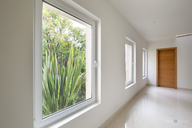 Corridor & hallway by René Flores Photography,