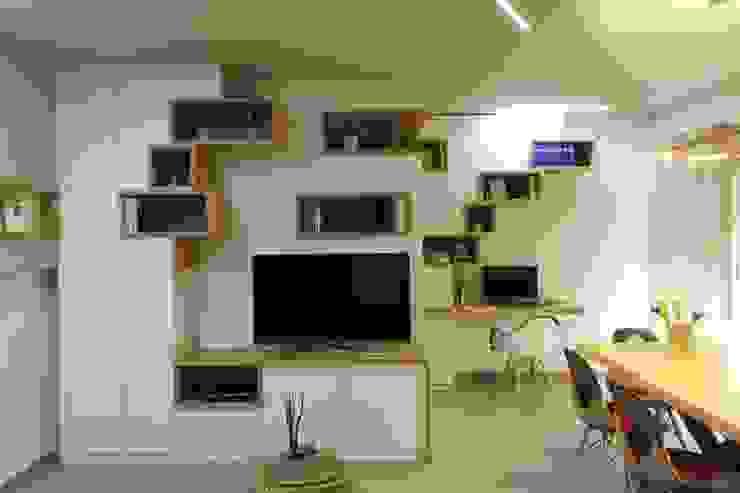Salle multimédia scandinave par Studio di Progettazione e Design 'ARCHITÈ' Scandinave