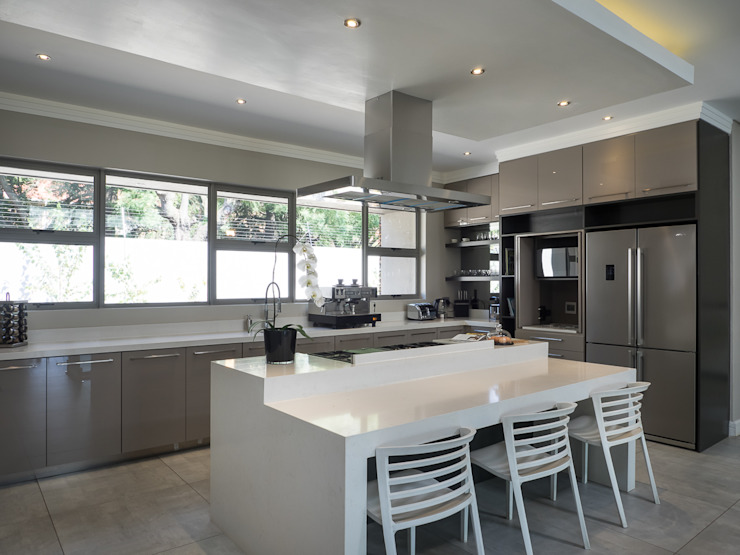Houghton Residence: The kitchen :  Built-in kitchens by Dessiner Interior Architectural,