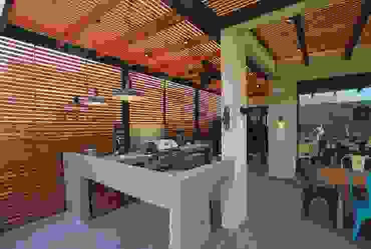 Quincho adaptado Balcones y terrazas modernos de Selica Moderno