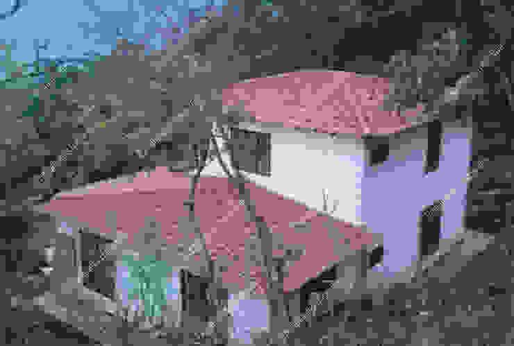 Casa de campo prefabricada de dos pisos con balcón de Prefabricados Hacer Vivir Rural