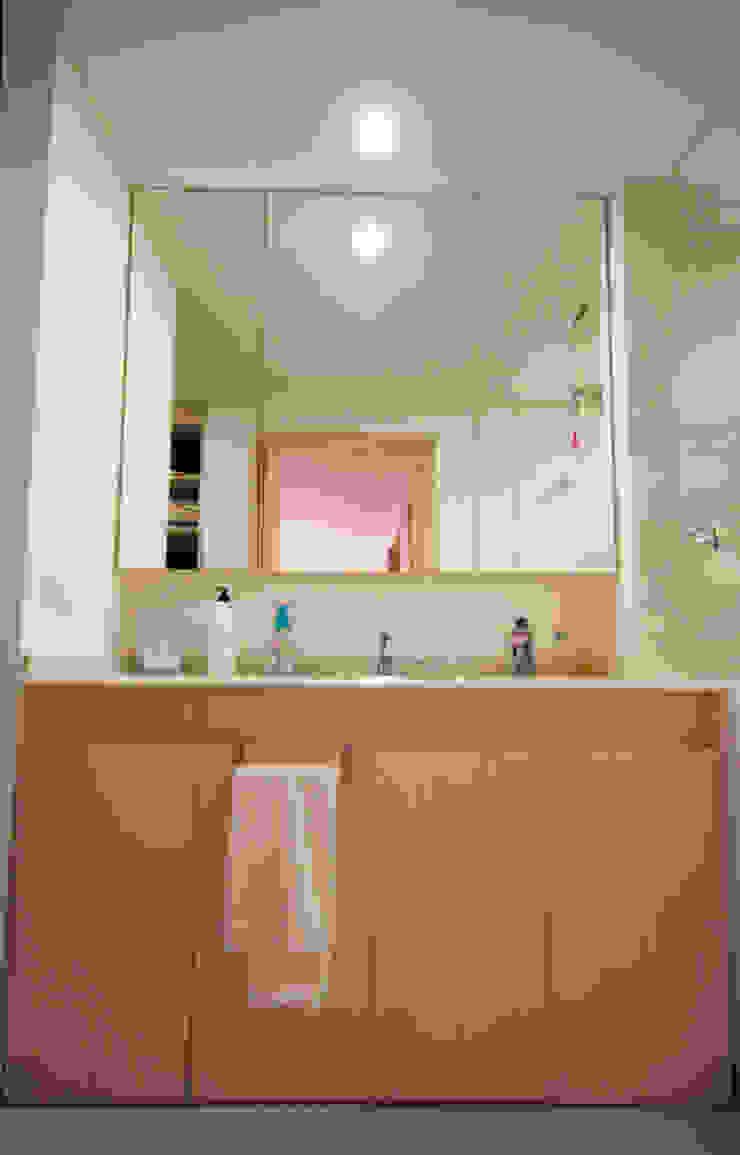 Modern Bathroom by AMR estudio Modern