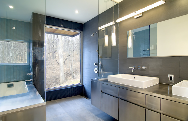 Forest House Modern Bathroom by KUBE Architecture Modern