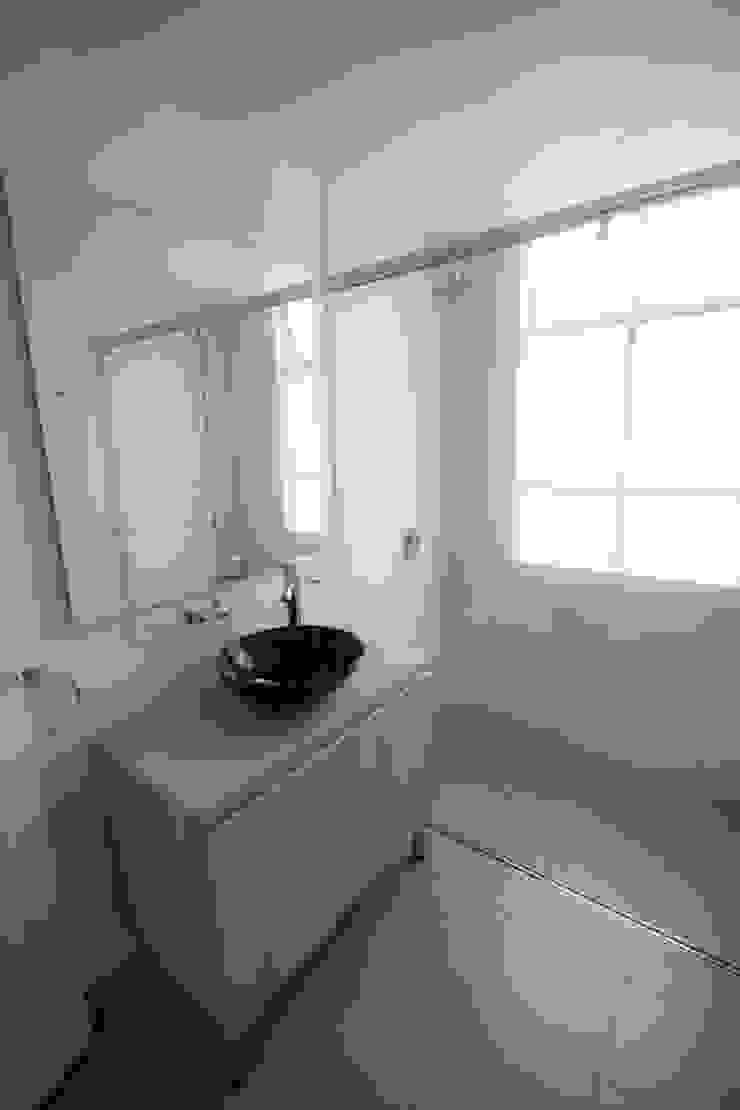 Minimalistyczna łazienka od AMR estudio Minimalistyczny