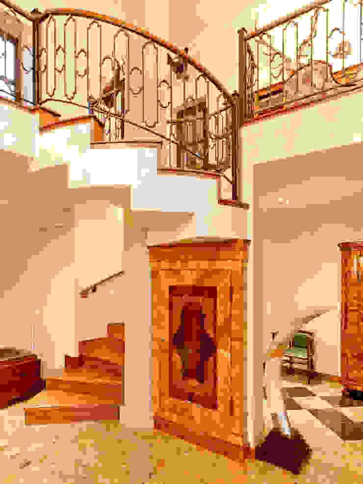 Herend | Stairway 식민지스타일 복도, 현관 & 계단 by GD Arredamenti 콜로니얼 (Colonial) 엔지니어드 우드 투명