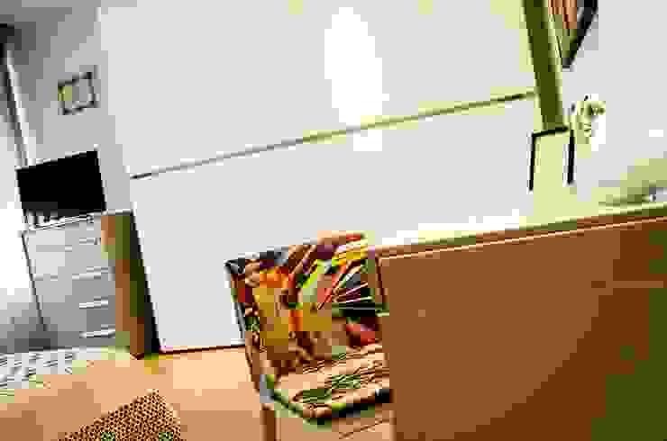 Calore e Design Camera da letto moderna di Studio ARCH+D Moderno