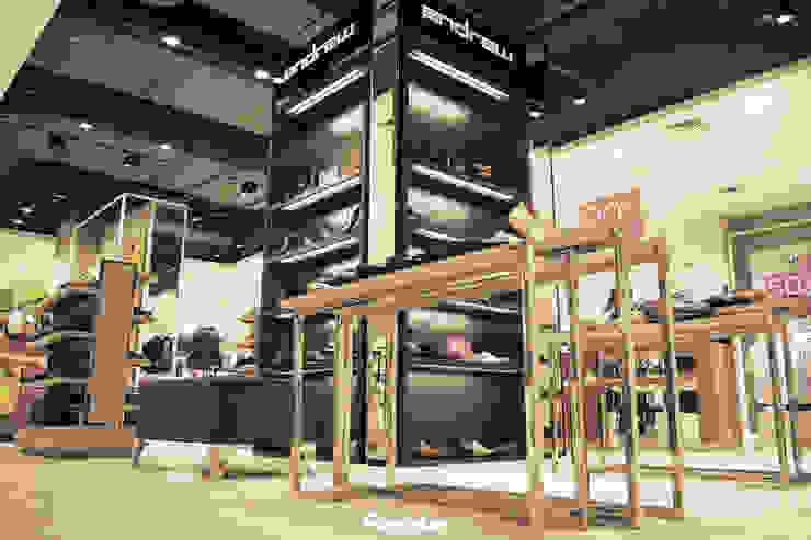 Display Area Ruang Komersial Modern Oleh Mendekor Modern