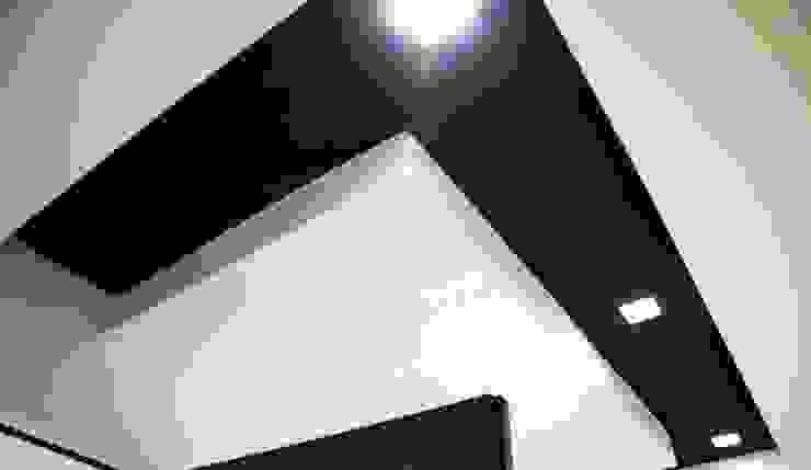 Linea Direttrice Ingresso, Corridoio & Scale in stile minimalista di Studio ARCH+D Minimalista