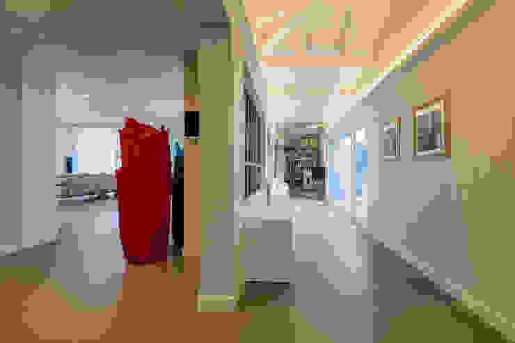 Modern corridor, hallway & stairs by Elia Falaschi Fotografo Modern