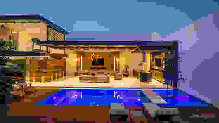 Vista General Terraza con Gimnasio y Alberca: Terrazas de estilo  por René Flores Photography, Moderno