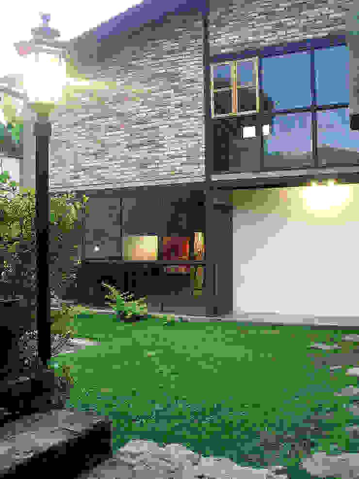 Fachada de la vivienda unifamiliar de Atis Proyectos Rústico Concreto