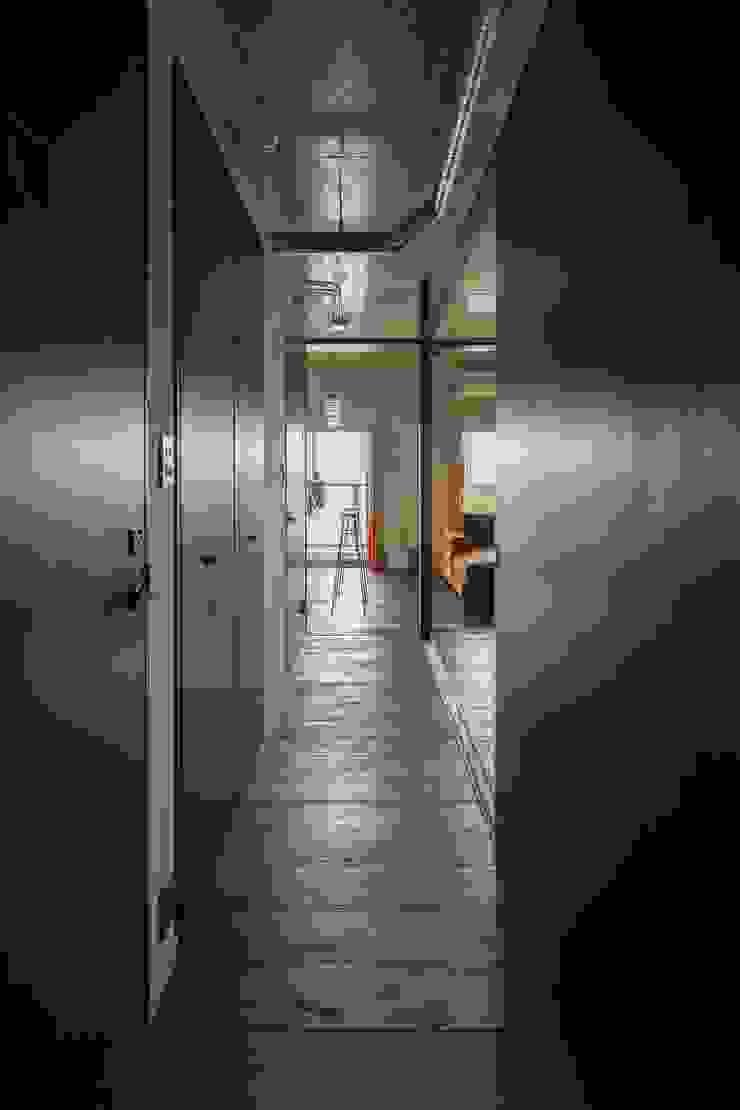 着替える家 ラスティックスタイルの 玄関&廊下&階段 の 山本嘉寛建築設計事務所 yyaa ラスティック 木 木目調