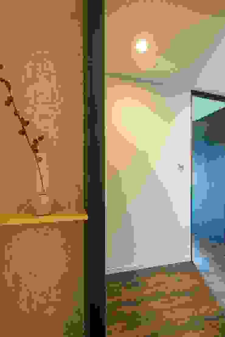 着替える家 ミニマルスタイルの 玄関&廊下&階段 の 山本嘉寛建築設計事務所 yyaa ミニマル 木 木目調