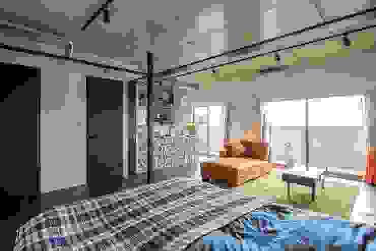 Kigaeru Flat Phòng khách phong cách mộc mạc bởi 山本嘉寛建築設計事務所 yyaa Mộc mạc Gạch ốp lát
