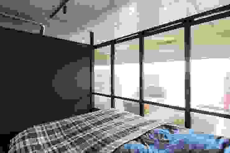 Kigaeru Flat Спальня в стиле модерн от 山本嘉寛建築設計事務所 yyaa Модерн Дерево Эффект древесины