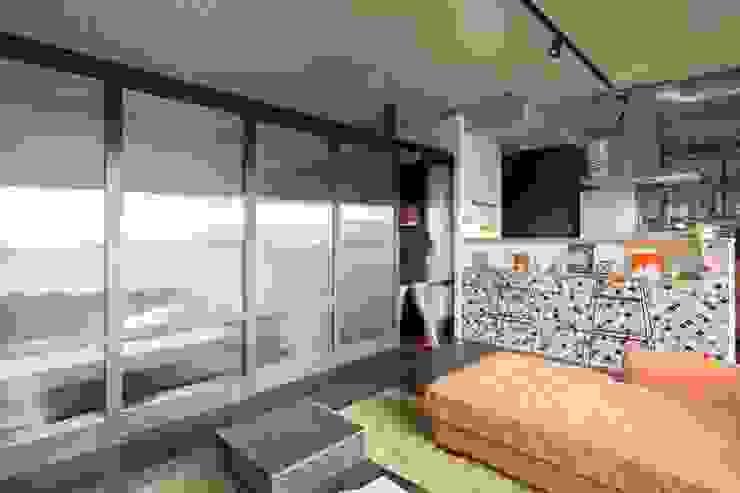 着替える家 モダンデザインの リビング の 山本嘉寛建築設計事務所 yyaa モダン コンクリート