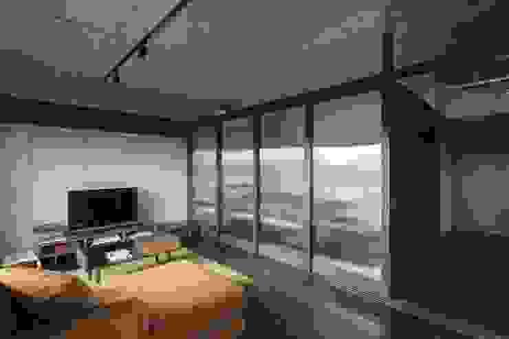 着替える家 の 山本嘉寛建築設計事務所 yyaa ミニマル ガラス